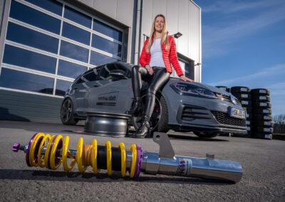Autofahrerin mit Stoßdämpfer der Firma KW