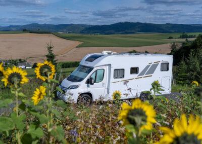 Wohnmobil auf der Fahrt durch die Landschaft des Sauerlands