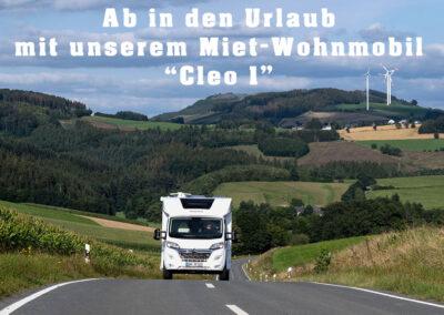 Wohnmobil auf der Fahrt durch die Landschaft des Sauerlands mit Werbeslogan