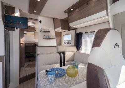 Wohnmobil Innenraum, Sitzecke mit Fernsehgerät