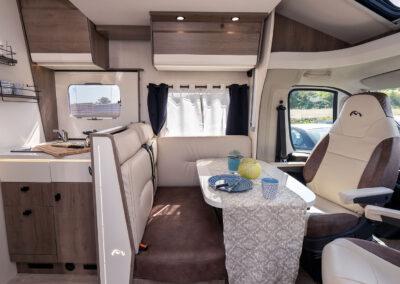 Wohnmobil Innenraum, Sitzecke und Kochbereich